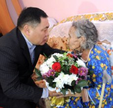 "Head of Tuva gave Sergei Brilev's book ""Forgotten allies in Second World War"" to Vera Bailak"