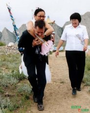 Brian has no objections to carrying Chaizu on his neck. Their wedding day on Mt. Khaiyrakan. 7 August 2004.